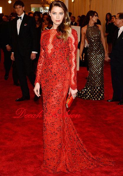 Busana Merah Menawan di Carpet Merah