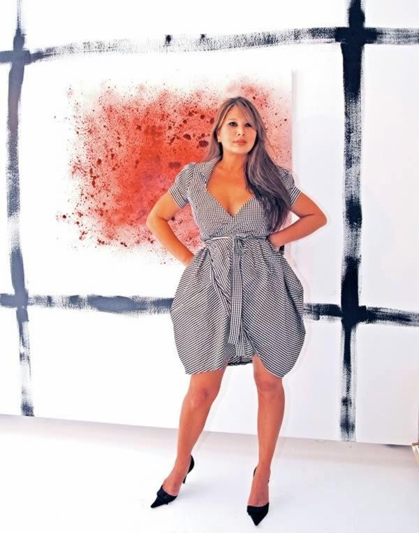 Seniman yang melukis menggunakan darah menstruasinya sendiri
