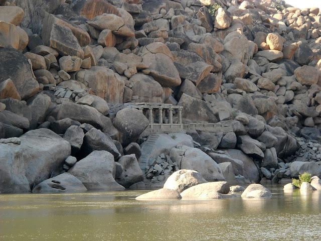Труднодоступный храм на реке в Хампи