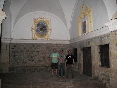 Robert, Ito y Piluh en la entrada de la ermita
