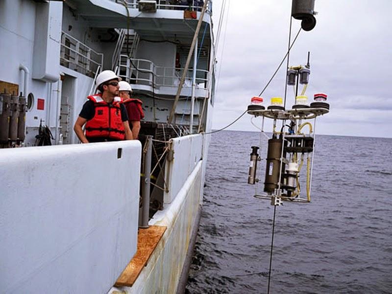 Uma bomba McLane sendo lançada pelo navio de pesquisas R/V Thompson durante o cruzeiro GEOTRACES, no Pacífico oeste em 2013, ajudaram os pesquisadores na coleta de pequenas partículas de matéria orgânica em que o mercúrio se fixa e afunda em profundidades intermediárias (100 a 1.000 metros) no oceano. Foto: Brett Longworth / WHOI