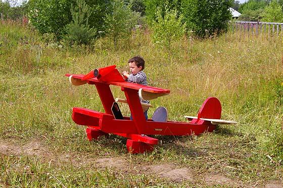Самолет из дерева для детской площадке