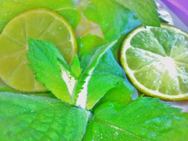 limonka, mięta, ksylitol, lód, woda mineralna