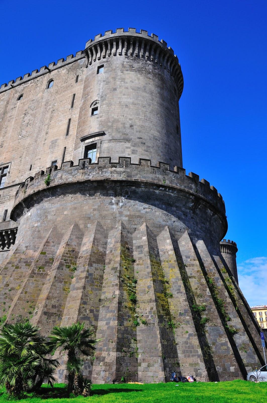 El Castillo está compuesto de 5 torres y una de ellas es la Torre de Beverello.