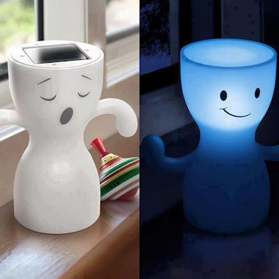 Acumula energía durante el día y proporciona luz de noche
