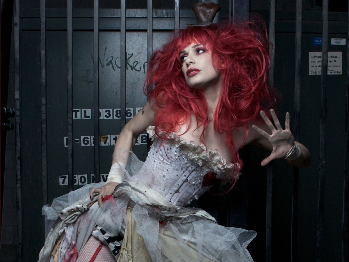 http://2.bp.blogspot.com/-YGuXAHp_SEc/USwgv5rTqrI/AAAAAAAAIGg/rONqQCAJI6Y/s1200/Emilie+AutumnTITULO19.jpeg