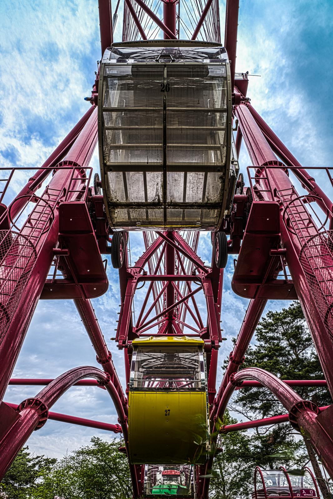 西武園ゆうえんちの大観覧車、透明なゴンドラの写真