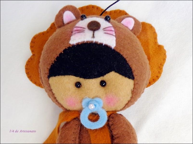 Bebê em feltro fantasiado de leão