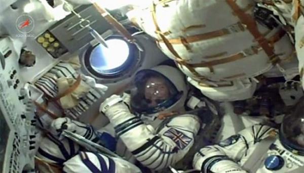 UFO di belakang pesawat ulang alik Soyuz