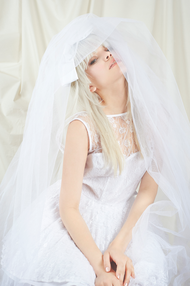 lace-dress-bride-veil