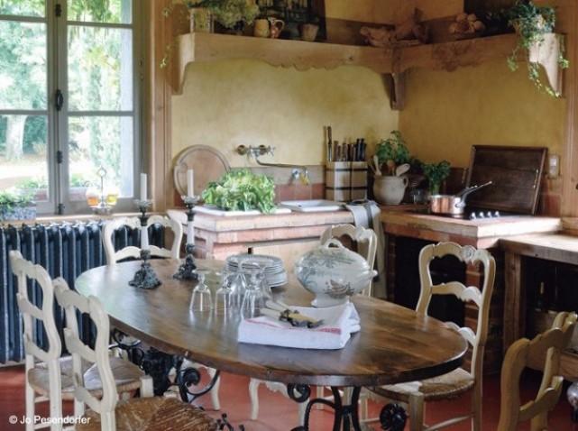 Boiserie & c.: una piccola cucina   a small kitchen