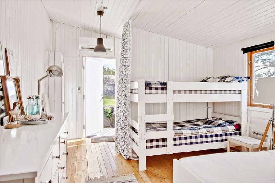 domek letniskowy, domek na wakacje, wakacyjny dom, białe wnętrza, gwiazda, gwiazdka, biała boazeria, sypialnia, piętrowe łóżko, komoda