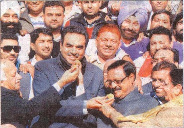 श्री सत्य पाल जैन, पूर्व सांसद  अन्य भाजपा कार्यकर्ताओं के साथ गुजरात चुनाव में भाजपा की जीत का जश्न मनाते हुए।