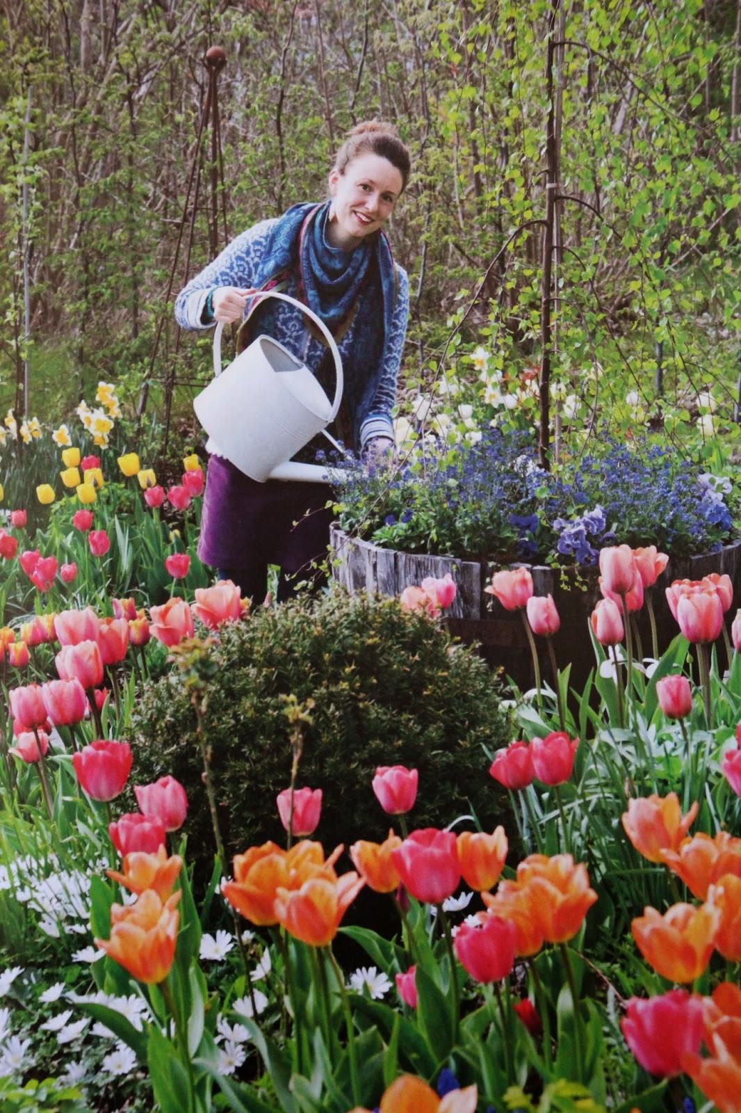 carolin zander hon som talar med blommor