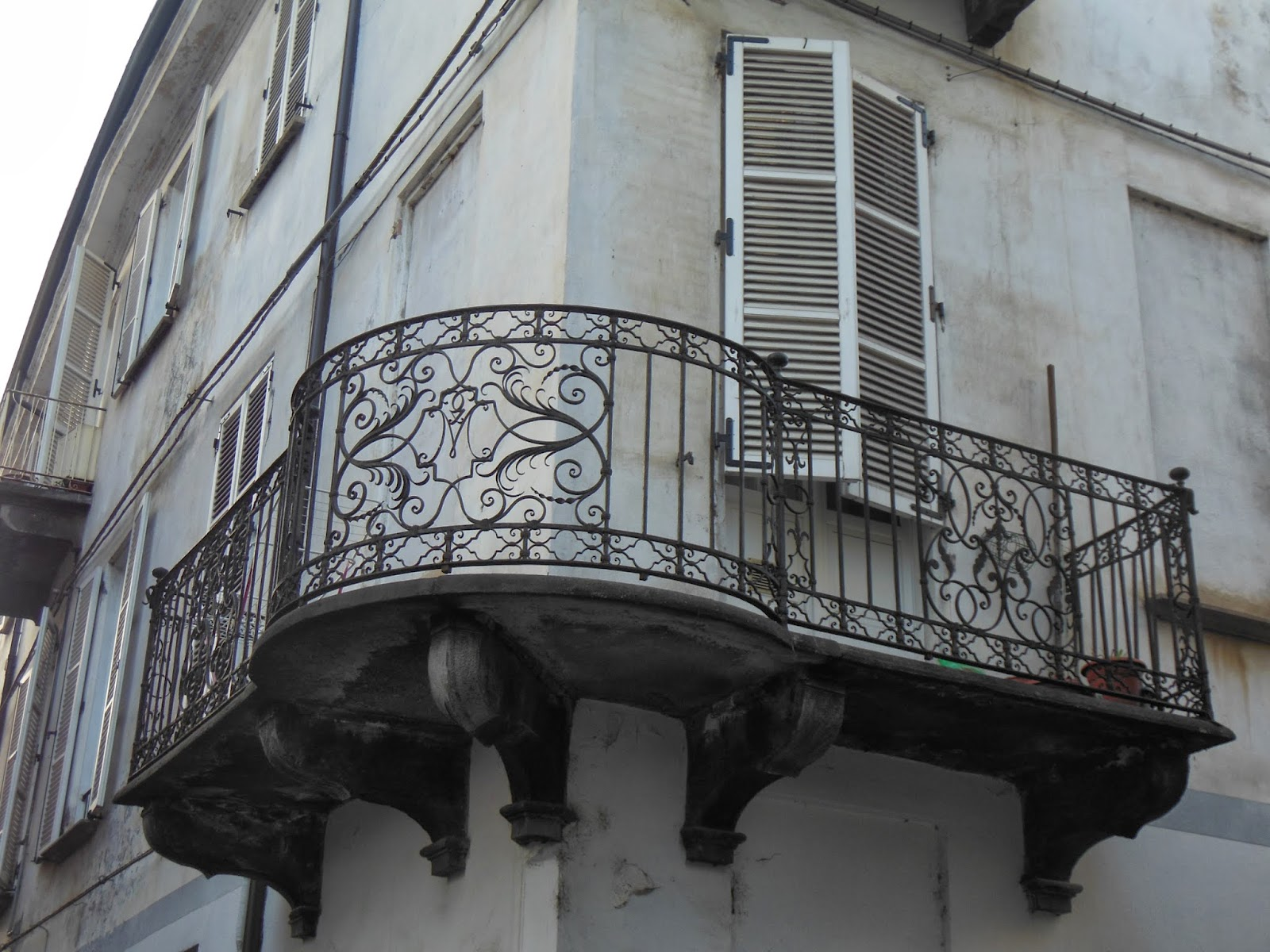 Cuneo e dintorni antichi balconi in ferro battuto nel for Foto di ringhiere in ferro battuto