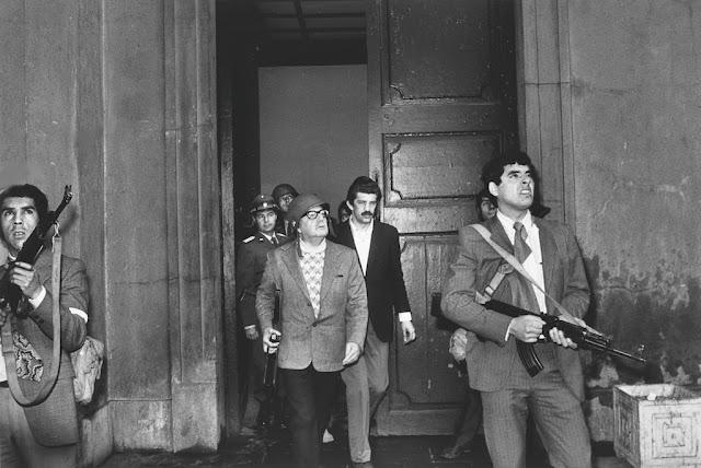 Salvador Allende nel disperato tentativo di difesa della Moneda