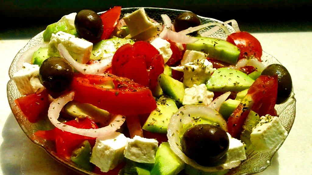 Греческий салат с семгой