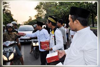 Anggota DPRD Kota Pekalongan Bagi-Bagi Takjil