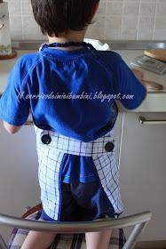 Il grembiulino del piccolo cuoco riciclando una vecchia camicia