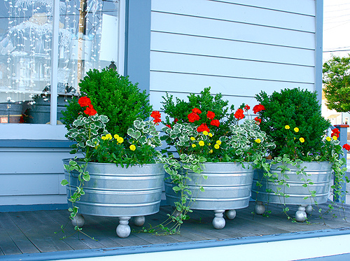 Movable garden on pinterest herbs garden hanging herb gardens and container garden - Galvanized containers for gardening ...