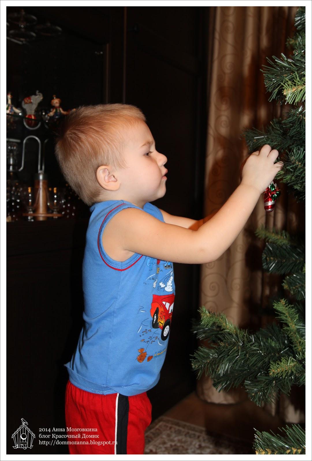 Валера наряжает елку