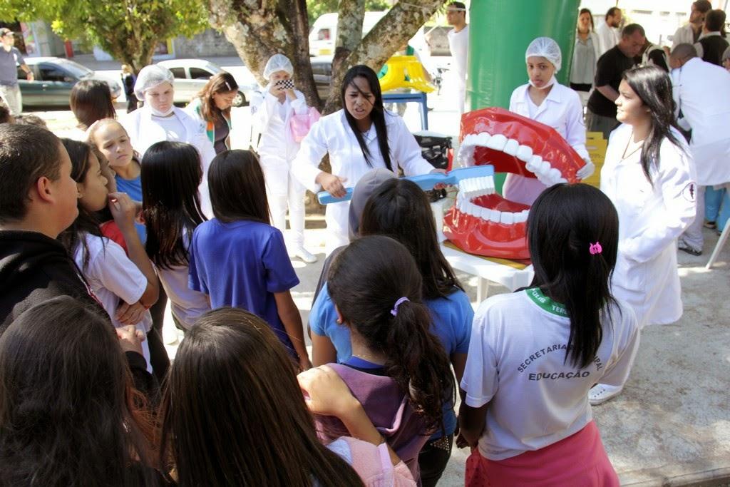 Alunos da Escola Municipal Ginda Bloch acompanham orientação sobre saúde bucal