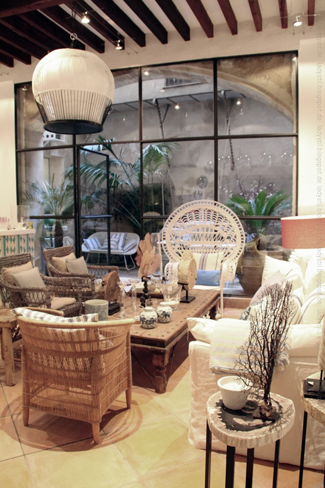 Sitzgruppe mit diversen Rattan-Stühlen im Bondian Living Palma