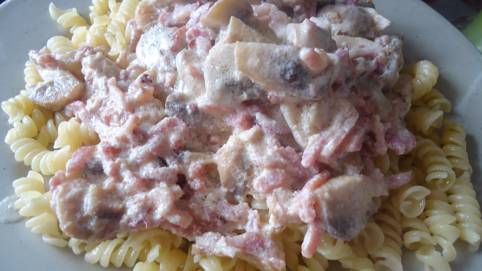 plat de pâtes sauce champignons lardons