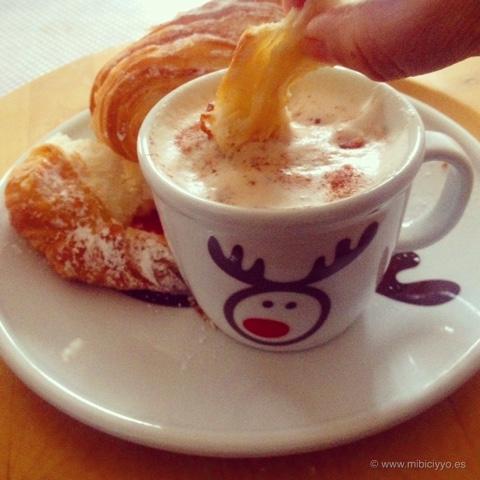 cafe con leche y croissant