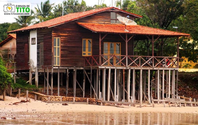 Casa de madeira em frente à praia da Caixa d'água, na vila do Algodoal, na ilha de Maianeua, no Pará
