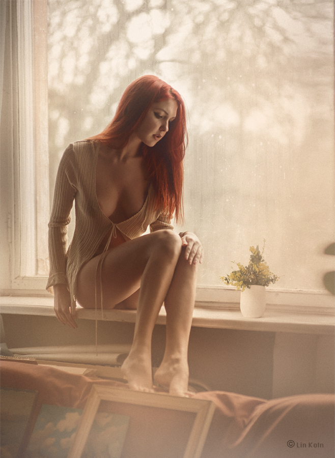фото голой девки сидящей на подоконнике