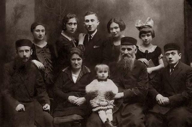 Rodzina Milsztajn w Łodzi, 1926 Pierwszy rząd: w środku Emanuel i Leach wraz z wnuczką Bajlą, nazwana na cześć matki Emanuela. Z prawej strony: Herszel, nazwany na cześć ojca Emanuela. Rząd z tyłu: Moszek (w środku) i siostra Bajla (z ręką na jego ramieniu) również nazwana na cześć Bajla Dyna.