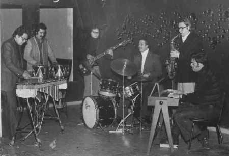 """""""Aquila"""" (não confundir com a banda galesa de crossover prog com o mesmo nome) foi uma banda chilena de jazz rock fusion formada em 1973 pelo jovem compositor e vibrafonista """"Guillermo Riffo"""", a banda ficou conhecida na história como o primeiro projeto substantivo no encontro do jazz com a música popular chilena. Como uma legítima banda híbrida, """"Aquila"""" encontrou seu papel em uma variação de estilos no ponto de vista criativo, apesar da banda não sobreviver por muito tempo, essa fusão tornou-se um dos ramos mais fortes nos últimos 30 anos. Desde 1965, aos 19 anos, """"Guillermo Riffo"""" já participava na seção de percussão da Orquestra Sinfônica do Chile. Em 1969 fundou o Grupo de Percussão da Universidade Católica e em 1971 ele já estava fazendo experimentações jazzísticas com o vibrafone (instrumento de percussão melódico), em conjunto com os irmãos """"Roberto Lecaros"""" e """"Mario Lecaros"""", seguindo a influência de seus clássicos ídolos como """"Lionel Hampton"""", """"Red Norvo"""" e """"Milt Jackson"""". """"Guillermo Riffo"""" em sua movimentação constante com a redescoberta da música popular, levou-o a encontrar-se com o baterista """"Sergio Melli"""", que havia tocado até 1969 com os """"Lecaros"""" no grupo """"Village jazz group Trio"""".  Como o epicentro de músicos que frequentavam a casa do pianista """"Matias Pizarro"""" foi a fortaleza de """"Riffo"""" e """"Melli"""" para organizar e criar a """"Aquila"""", desenvolvida no Rosso Nero Apumaque Shopping, que abriu espaços para o jazz às segundas-feiras e cujos proprietários foram """"Melli"""" e o cantor pop """"Paolo Salvatore"""". Em 1973, """"Aquila"""" foi concluída como um quinteto e com uma diversidade de influências. Baseado no vibrafone de """"Riffo"""", cuja influência foi na música clássica, e de fundo """"Sergio Melli"""", baterista da geração do jazz moderno, e também teve a adição do saxofonista """"Sandro Salvatti"""", pianista """"Guillermo Olivares"""" (que até 1972 foi membro da banda de rock """"Embrujo"""") e o baixista """"Williams Miño"""" (com experiência em música popular). """"Aquila"""" lançou seu único álbum a"""