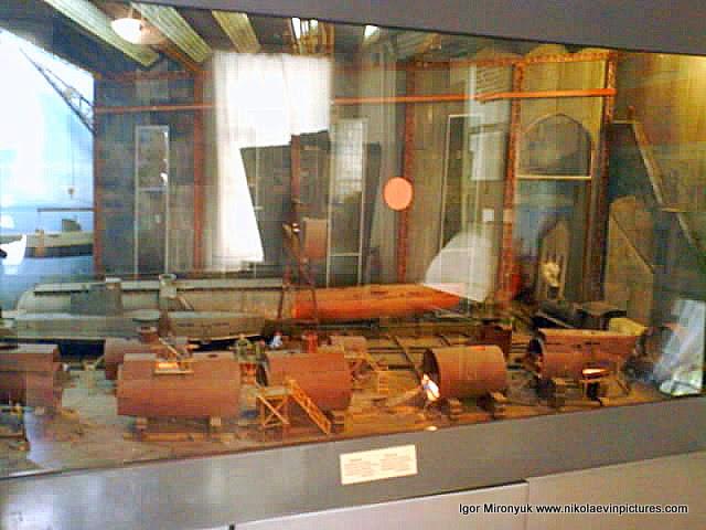 Диорама, на которой видно процесс построения в Николаеве подводных лодок.