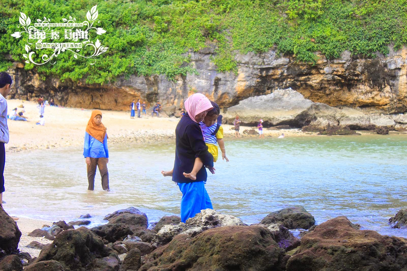 gendong anak di pantai ngrenehan