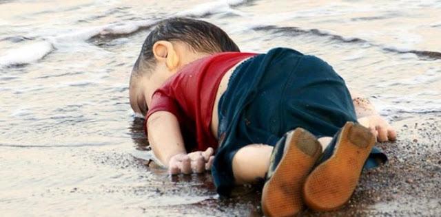 """عجائب الدنيا وهل تعلم - صورة الطفل السوري """"إيلان الكردي""""، ذو الثلاث سنوات، والذي مات غرقا في البحر وألقت به الأمواج على شواطئ تركيا."""