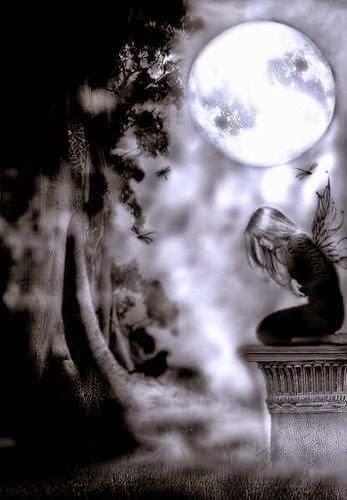 Imagen gótica de una chica arrodillada con la luna de fondo envuelta en bruma y la silueta de un cuervo al pié de un árbol.