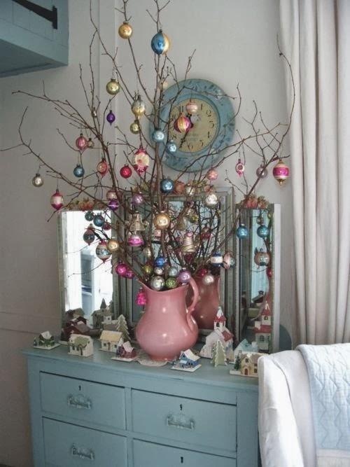 елка из веток и игрушек