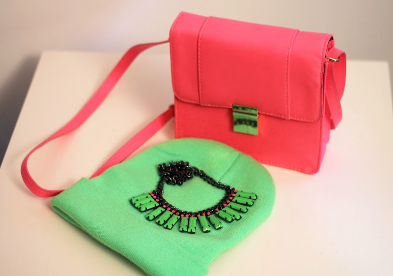 details from blogger: neon beanie, pink fluorescent bag from H&M, Romwe necklace