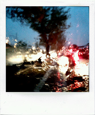 Fotografia di automobili in coda sotto la pioggia con effetto polaroid