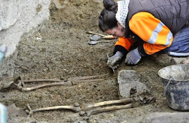 Douze squelettes ont été exhumés dans la nécropole située au nord de la place Saint-Germain, à Rennes.  Photo : Joël Le Gall / Ouest-France.