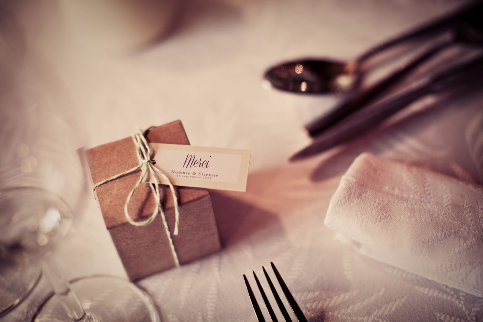 gifts for guest on a retro wedding table - wedding photographer : Elisabeth Perotin