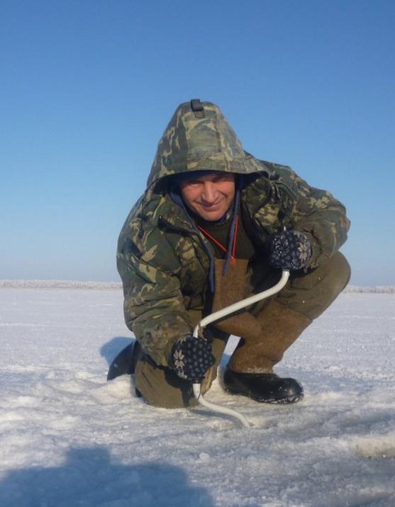 Ледобуром можно без проблем пробурить самый толстый лед, если он хорошо заточен