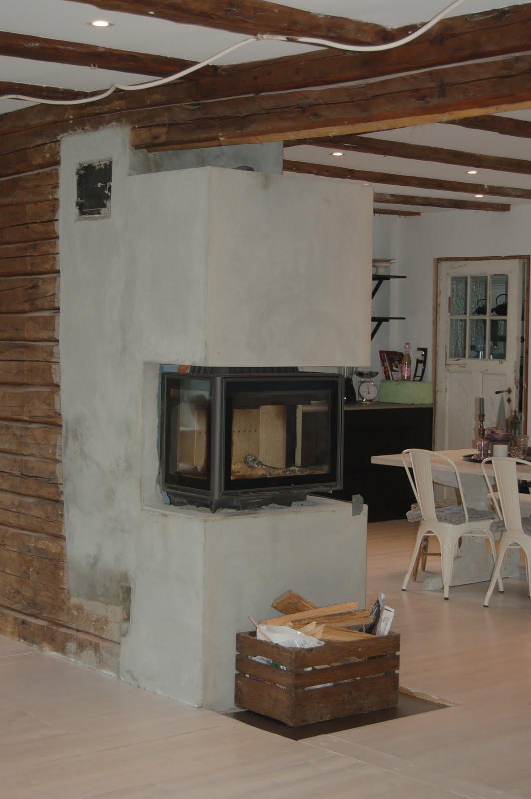 Peisen har innsyn fra både kjøkkenet og stua og varmer veldig bra i