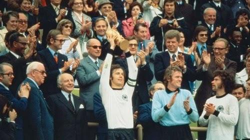 Franz Beckenbauer sendo o 1° a levantar a taça FIFA copa do mundo 1974