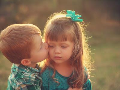 fotos de  niño dando beso