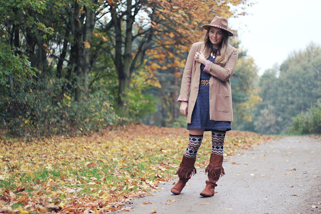 monki, blue, jerseykleid, casual dress, aztec overknees, fringe boots, fransenstiefel, moschino belt, brown, zara hat, feather necklace, H&M, fashionblogger, hamburg, modeblogger, owl bracelet, autumn look, herbstlook