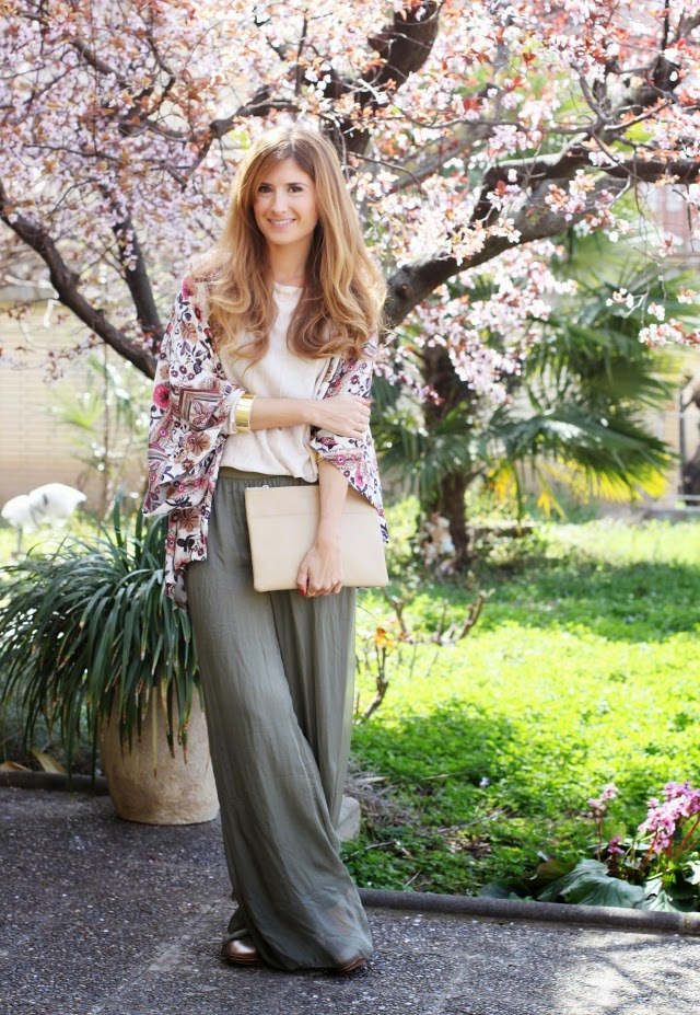 Pantalones palazzo. Kimono de flores.