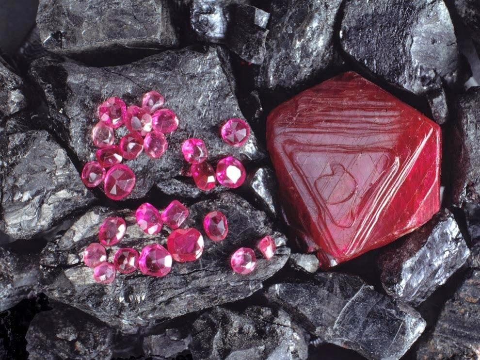 рубин сред камъни