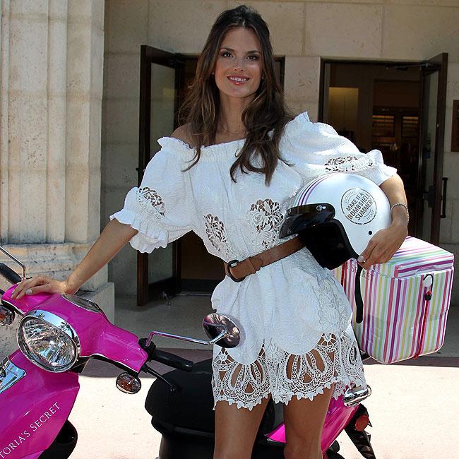 Alessandra Ambrosio em moto, famosa na moto, Alessandra Ambrosio on bike, babes on bike, famous on bike